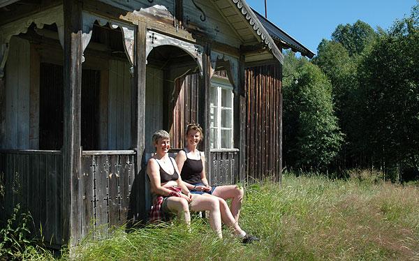 Hanne og Linda nyter nyter utsikten fra verandaen på et gammelt torp.