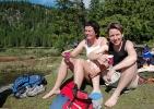 Liv Elin og Jorun kosar seg i sola. Foto: Rine G. Carlsen.