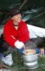 Jannicke lagar kyllinggryte (Foto: Rine G. Carlsen)