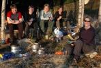 Kyllinggryte i rødnande kveldssol. F. h.: Iwona, Siri, Silje, Susanne og Linda.