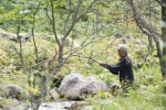 Ragnhild fiskar seg middag i den trange elvedalen Berdøla (Foto: Rine G. Carlsen