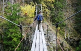 Vel over og så tilbake igjen, Lone tar en rask spasertur over broen. Foto: Nina