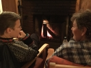 Berit og Kari diskuterer ymse aspekter ved tilværelsen foran peisen i Nydalshytt