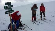 Romstering i krysset: Jorun & Jorun holder seg fast mot vinden, mens Toril og Vi