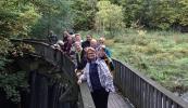 Pikene på broen eller LT går elvelangs.