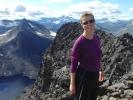 Marianne på Store Rauddalseggje med utsikt mot Mjølkedalstind