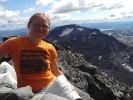 Kristin på Store Rauddalseggje med utsikt mot Snøholstind