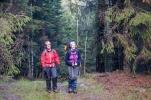 Kari og Hanne med godt humør gjennom våt skog. Foto: Rine G. Carlsen