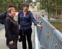 Kari og Rine studerer hengelåsene som folk har hengt på en av broene over Akerse