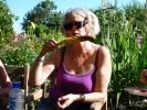 Karin nyter nygrillet mais fra egen parsell (Foto: Kari Kirkeby)