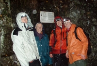 Blide damer i regnet utenfor gruveinngangen. Fra venstre: Jorun, Jorunn, Kari og