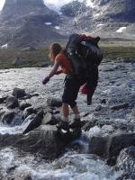 På vei til basecamp - Kristin balanserer over elva i kjent sherpa-stil!