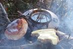 Kaffe, kaker og ostesmørbrød på bålet. Foto: Nina Didriksen