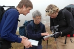 Eva Dagrun, Ragnhild og Anniken diskuterer kart. Foto: Rine G. Carlsen