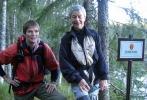 Eva Dagrun og Ragnhild krysser grensen til naturreservatet. (Foto: Nina Didrikse