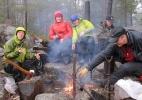 Røyk vs varme: Det er deilig å varme seg ved bålet, men Monika og Berit liker ik