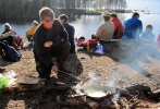 Pinne og panne: Fra sekker og bager kom godsakene frem da bålet var fyrt opp. He