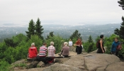 Hallo i disen: På utsiktstoppen ser vi Oslo og -fjorden. Her er LT-damene i ferd