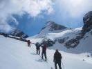 Fire damer som går på ski i retning av et fjell (Foto: Vigdis Thoengen)