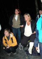 Konsentrert lytting etter flaggermuslyder. Flaggermusekspert Kari Rigstad.