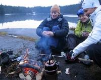 Pølsekos: Monika, Berit og Heidi varmer seg ved bålet, og isen har lagt seg på F